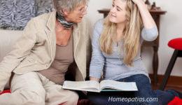 oma und enkelin lesen zusammen